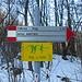 """Entrato nel bosco, è subito comparsa la neve e ho messo quindi le ciaspole; si seguono poi i segnavia bianco-rossi e ogni tanto si trovano anche alcuni cartelli segnalatori. Di qui passa anche il """"Trail dei Corni"""", una gara podistica di circa 26 Km con dislivello  1.900 metri organizzata  dalla SPORTIVA VALBRONESE asd, in collaborazione con gli enti territoriali e le associazioni locali."""
