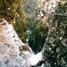 Ein wilder, sehr schöner Klettersteig durch eine enge Klamm, der auch im Sommer einigermaßen kühl - dafür aber auch immer nass ist.