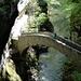[u Lena] auf der Steinbrücke in der Gorge de l'Areuse