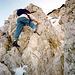 Knapp unterhalb des Gipfels befindet sich eine kleine Kletterstelle .