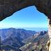 panorama attraverso l'arco di roccia verso il mare...