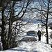 Ein Blick zurück zu Tourengeniesser [u CampoTencia] und zum wochentags noch geschlossenen Bergrestaurant Chrüzegg.