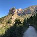 Fantastische Landschaft, der linksseitige Grat trägt eine Erinnerungsplatte für einen Bergsteiger, sicher gibt es also einen Weg