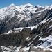 Rückblick von der Gletschermoräne auf den Hüttenaufstiegsweg über die Berghänge von Corbassière. Der Bergwanderweg quert den steilen Berghang und kann normalerweise nur schneefrei begangen werden.<br /><br />Die verschneiten Berge über dem Tal sind Bec de Rosses (links; 3222,8m) und Mont Fort (rechts; 3328,0m).