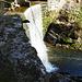 ein künstlicher Wasserfall am Stausee
