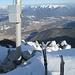 Tiefkarspitze.. Spontanbesuch im Winter. Die ersten heuer, jedoch gleich zwei Seilschaften auf einmal. Leider haben wir ein gemeinsames Gipfelfoto vergessen.. Nicht so gut: Das alte Gipfelbuch ist durch Feuchte unlesbar geworden. Kann mich noch an den lustigen Kleinkrieg erinnern, den ein Vermessungs-Ingenieur hier angefacht hat, der sich mit Dipl.-Ing. sowieso im Buch eingeschrieben hat.. :-) Leider verloren..<br />
