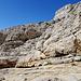 jetzt wird es spannend. Diese Felsen müssen abgestiegen werden, ohne Sicherung. Unten verläuft der Weg Nr. 5.