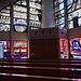 Die St. Michael Kapelle am Mummelsee mit spacig-pätmodernen Farbglas-Fenstern.