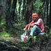 Der Autor - mit Kocher, Topf, Salz, Plastikflasche, lange Hose, Mütze, warmem Pullover - beim Reis kochen. Irgendwo im Dart Valley Wald.