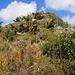 Zum Gipfel hin wird der Südgrat schmaler und einige Felsen sind in leicher Kletterei zu überwinden.