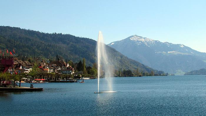 Ein Bild, das Berg, Wasser, draußen, See enthält.  Automatisch generierte Beschreibung