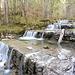 Verspielte Wasserfälle begleiten den Weg