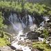 Sie Simme entspringt aus einer  typischen Karstquelle. Das Wasser stammt aus dem Rezligletscher.