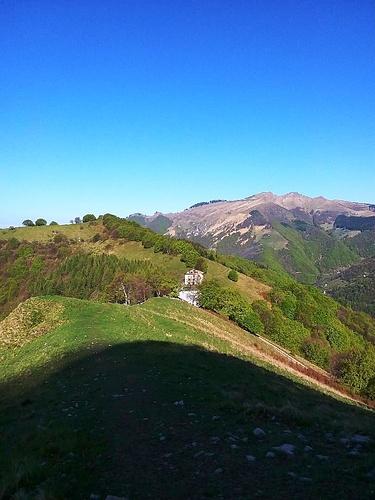 Sempre dalla base del Gordona, il rifugio Prabello e il soprastante Poncione di Cabbio che raggiungerò sulla via del ritorno.