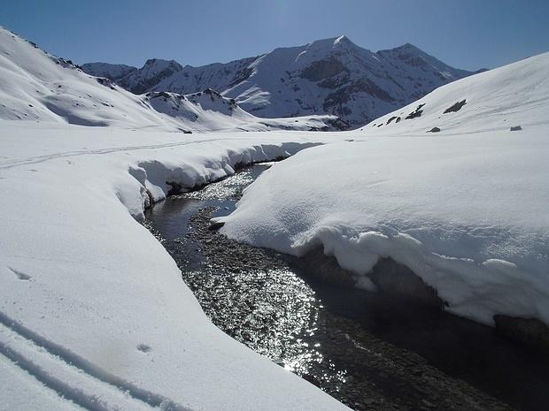 Wir müssen einen Bach überqueren, an dem wir unsere Wasservorräte auffüllen können.