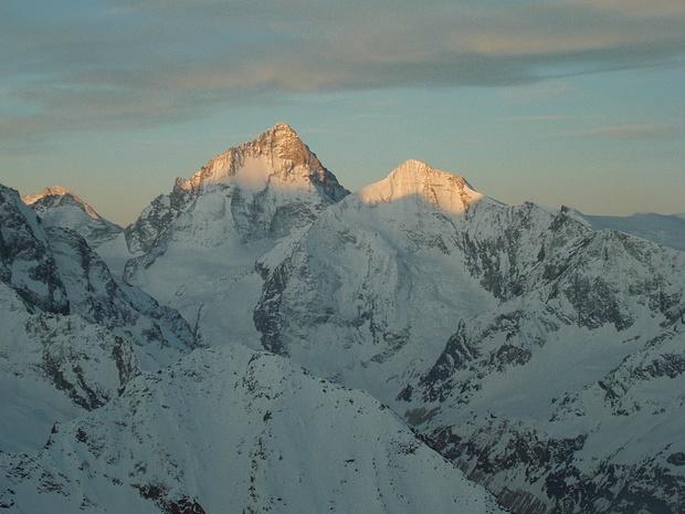 Erstes Sonnenlicht hat die hohen Berge erreicht.