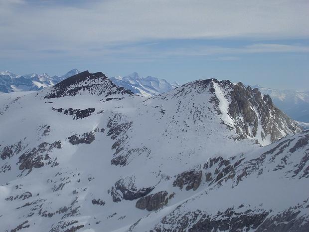 Blick zu den Barrhörnern, die man - wie man auf dem Foto sieht - auch im Frühjahr bei Schnee erklimmen kann. Im Hintergrund der höchste Berner.