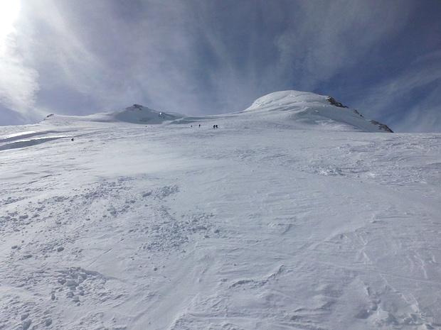 Von oben kommen Skitourengeher abgefahren.