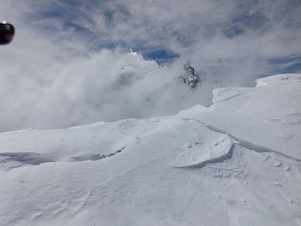 Standort nahe einer Wechte etwas unterhalb des Gipfels; wir sind leider eine Stunde zu spät dran, denn inzwischen sind Wolken aufgezogen, die das Weisshorn verhüllen.