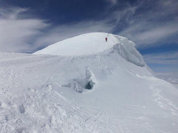 Am Gipfelgrat befindet sich ein Bergschrund.