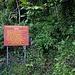 Die Abzweigung auf zirka 640m zum Bergwanderweg auf den Morne Diablotins.<br /><br />Die Zeitangaben für den Aufstieg sind lächerlich, denn nach dem Hurrikan Maria im Herbst 2017 ist der Weg offiziell gesperrt, unzähleige Bäume liegen kreuz und quer und man benötigt bis zum Gipfel garantiert 6 Stunden.
