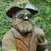 Eine der vielen holzgeschnitzten Figuren am Skulpturenweg
