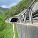 Das Bike ist parkiert, nun geht es in die Vertikale :-) Der Weg führt links um den Tunnel herum, bereits nach wenigen Metern entdeckt man offensichtlich die Steinmänner, welche einem den Weg weisen.