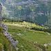 Auf dem Grat angekommen kann man die Alpgebäude des Hinter Schlattalpli sehen.