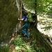 Auf der kleinen Rampe in der Mitte der Rinne, welche zum markanten, überhängenden Baum führt.