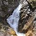 Wasserfall vom Bergbach Ri di Scarada beim Ufer vom Lago di Luzzone.