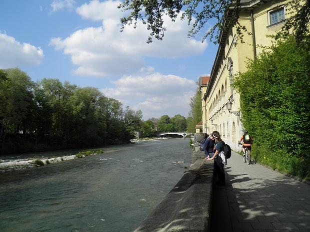 am Müllerschen Volksbad(Jugendstil-Badeanstalt) vorbei