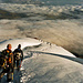 Einige Seilschaften im Abstieg. Ca. 300m unter dem Gipfel.
