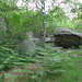 gespickt mit massiven Felsen am Wegesrand