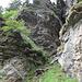 aber dann öffnet sich eine Lücke zwischen den Felsen - hier kommt man von rechts unten und steigt nach links oben weiter