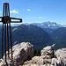 Teufelstättkopf Gipfelkreuz mit Zugspitze am Horizont - Leider passte es in diesen Ferien nicht mehr, via Höllental auf die Zugspitze zu kraxeln - Die Verhältnisse am Klettersteig waren noch zu heikel.