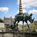 Rinoceronte con zampe da giraffa, opera di Dalì, e convento di S.Agostino. L'obelisco simboleggia l'avanzare del progresso.