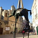"Dalì ""colpisce"" ancora in città: elefante con zampe da giraffa."