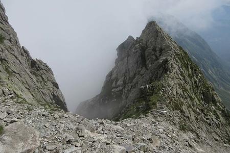 """Bocchetta di Lavreno. A sinistra l'arrivo del """"Camino di Lavreno"""" che immette direttamente in Val Darengo, ma presenta purtroppo difficoltà di III° che non mi sento d'affrontare in discesa, non conoscendo il percorso."""
