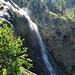 und fällt in diesem Wasserfall zu Tal