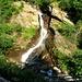 Poco sopra il parcheggio, si passa un ponte con questa bella cascata
