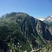 Die Fahne beim Ausstieg der Via Ferrata Diavolo. Auf der rechten Seite sieht man eine gewaltige Kletterwand...