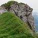 Während ich über das Grasband in der Mitte des Gipfelaufbaues auf den Höch Dossen kraxle...