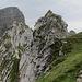 Rückblick dem Grat entlang. Wir sind im Wiesenhang (linke Bildseite) einer Abstiegsspur gefolgt, so kann man ohne zu klettern bis zum Gipfelaufbau des Spilauer Stockes gelangen...