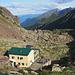 Il Rifugio F.A.L.C. dalla Bocchetta di Varrone. Sullo sfondo la Val Varrone
