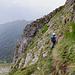 Im steilen Abstieg durch Grasbänder und Felsstufen.