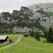 In Bargis - heute bin ich mit dem Bike unterwegs. In der Felswand sieht man den Wanderweg, welcher von der Alp Flimserstein hinunter führt.