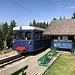 """Bellevue-Téléphérique - Zurück an der Station der Tramway du Mont-Blanc. """"Marie"""" fährt weiter in Richtung Le Fayet. Wir dackeln ein kurzes Stück zur Seilbahn und gondeln mit dieser hinunter nach Les Houches..."""