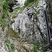 Leitern sind doch etwas Tolles. Solide Tritte und Griffe. Wer sie - aus welchem Grund auch immer - meiden möchte, könnte sie umgehen: vom erkennbaren leichten Bogen im Fels hoch zum Gras links des Leiternausgangs führt eine seilgesicherte Kraxelstelle hoch.