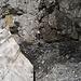 Wegführung zwischen Lawinenschnee und Felswand