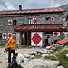 Die liebenswürdige Gianettihütte, gut besucht von Sportkletterern, Trailrunnern und Alpinisten